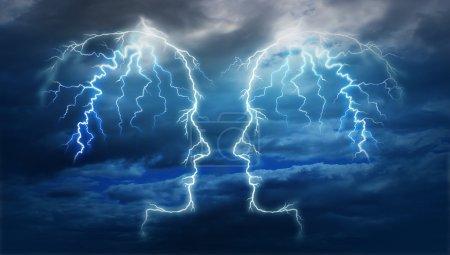 Photo pour Pouvoir réunion et équipe des idées comme un groupe de deux coups de boulon de foudre électrique sous la forme d'une tête humaine éclairée sur un ciel de nuit nuage d'orage comme un partenariat intelligent. - image libre de droit