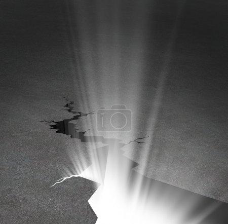 Photo pour Nouveau départ et nouvelle opportunité concept d'affaires avec une route asphaltée qui a une énorme fissure qui rayonne avec une lumière éclatante comme un symbole d'espoir et de liberté . - image libre de droit
