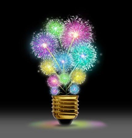 Photo pour Creative Explosion comme une célébration d'affichage de feux d'artifice représenté par des étincelles éclatantes de couleur sous la forme d'une ampoule sur le noir comme un concept d'innovation et de puissance créatrice . - image libre de droit