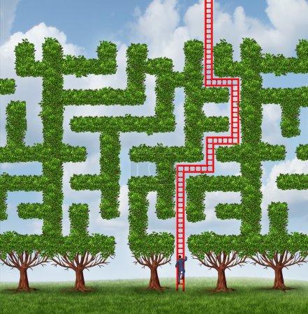 Photo pour S'adapter au changement et à trouver des solutions créatives aux défis difficiles de plus en plus comme un groupe d'arbres comme un labyrinthe ou labyrinthe et un homme d'affaires grimper une échelle rouge en forme de la solution de la réussite. - image libre de droit