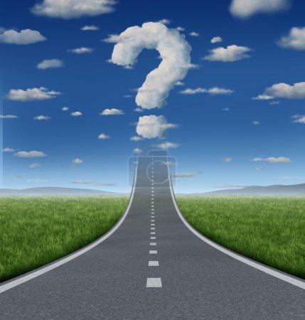 Photo pour Questions de succès et une stratégie incertaine avec une route ou une autoroute allant jusqu'à l'évanouissement du ciel dans un nuage en forme comme un point d'interrogation comme un concept d'entreprise des défis d'atteindre vos objectifs. - image libre de droit