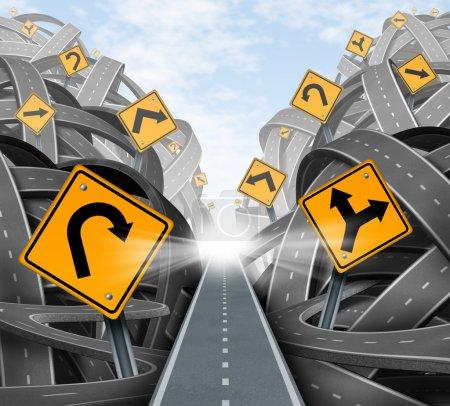 Photo pour Solution stratégique clair pour la direction d'entreprise avec un chemin droit au succès en choisissant la voie de la bonne stratégie avec des panneaux de signalisation jaune coupe à travers un dédale d'enchevêtrement de routes et autoroutes. - image libre de droit