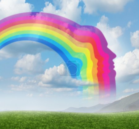 Foto de Inspiración creativa con una curva de arco iris en forma de una cabeza humana sobre un fondo de cielo de verano como un concepto de innovación y la libertad de la mente para pensar en nuevas ideas que inspiran. - Imagen libre de derechos