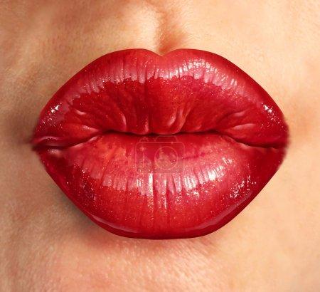 Photo pour Lèvres baiser humain avec glamour rouge à lèvres rouge brillant sur le visage une belle jolie femme comme un concept de beauté et de santé relatives aux produits cosmétiques et de mode de femmes affaires. - image libre de droit