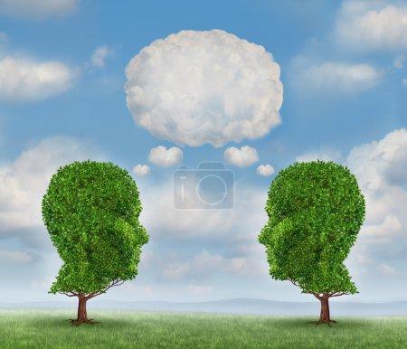 Photo pour Développer la communication réseau avec un groupe de deux arbres en forme de tête humaine avec une bulle de mots blancs faite de nuages comme concept d'entreprise de la croissance de l'équipe envoyer un message avec la technologie cloud . - image libre de droit