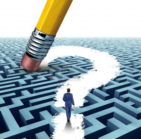 Photo pour Questions de leadership à la recherche de solutions avec un homme d'affaires marchant dans un labyrinthe compliqué ouvert par un point d'interrogation gomme à crayon comme un concept d'entreprise de réussite financière pensée innovante . - image libre de droit