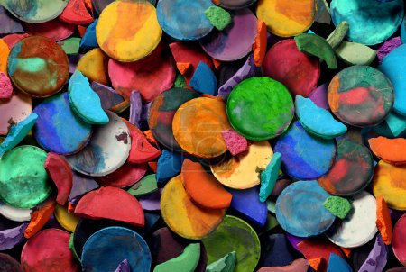 Photo pour Art peinture concept arrière-plan comme un groupe de vieilles rondelles d'aquarelle utilisées comme une école d'art et d'artisanat et idée d'éducation créative pour les enfants et les élèves de découvrir et d'exprimer leur créativité . - image libre de droit
