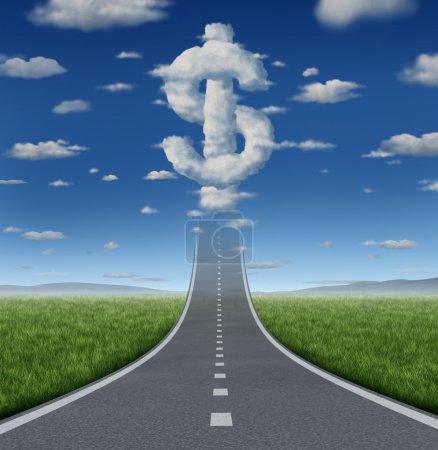 Photo pour Concept d'affaires fortune route et symbole de la liberté financière avec une route droite ou l'autoroute allant jusqu'à un groupe de nuages en forme comme un signe de dollar sous forme d'icône de gagner de l'argent pour la prospérité. - image libre de droit