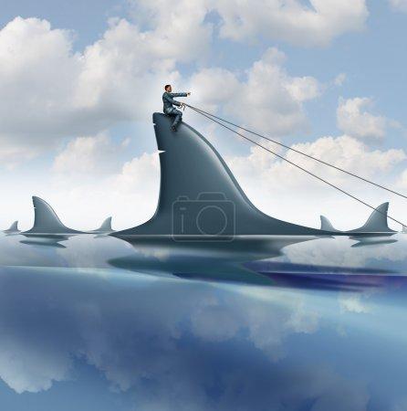 Photo pour Concept d'entreprise contrôle de risque avec un homme d'affaires courageux un dangereux requin dans l'océan guidant pour réussir à contrôler et gérer l'incertitude comme un symbole de leadership d'équitation . - image libre de droit