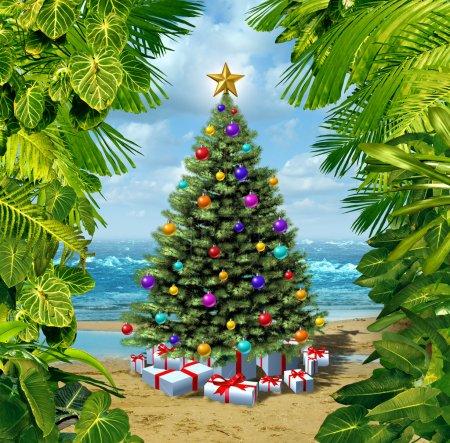 Photo pour Noël plage de l'arbre célébration sur une île tropicale avec des cadeaux et des cadeaux avec encadrée par les plantes des tropiques comme un concept pour les vacances d'hiver ou des vacances relaxantes loin de la neige sur le sable chaud de la mer et des festivités du nouvel an. - image libre de droit