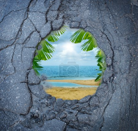 Photo pour Échapper à la ville le stress des vacances de rêve comme un nid de poule de la route sale avec le reflet magique d'une scène de plage de paradis tropical comme une métaphore pour les vacances de loisirs de vacances de la désintégration anxiété urbain. - image libre de droit