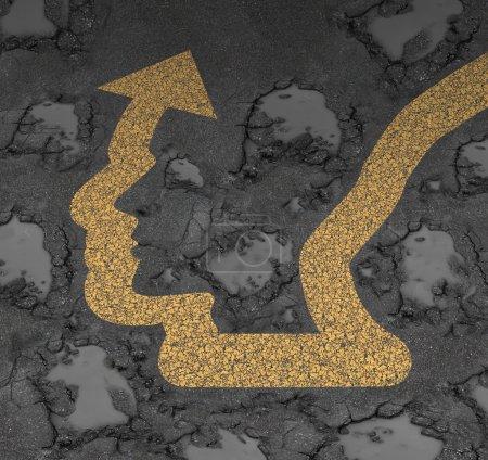 Foto de Concepto de negocio de gestión de seguridad y evitar el peligro y la enfermedad como un camino pintado firman flecha de dirección en forma de una cabeza humana evitando daños bache como una metáfora de la libertad de la adversidad. - Imagen libre de derechos