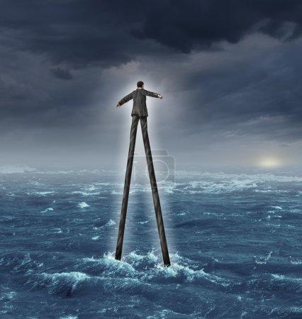 Photo pour Compétences en gestion et développement de carrière comme un homme d'affaires très hautes jambes marchant vers un but de soleil brillant à travers un océan profond comme une métaphore de l'expertise d'adaptation et de succès en succès affaires. - image libre de droit