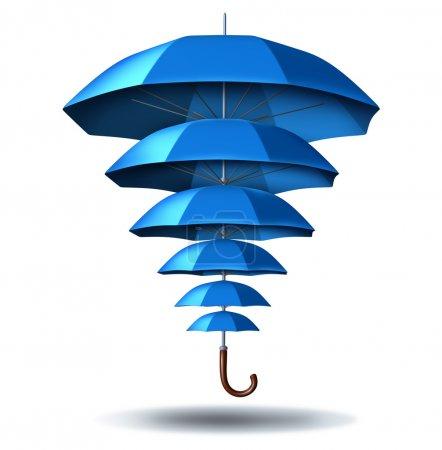 Photo pour Protection accrue des entreprises et concept croissant de sécurité communautaire avec une métaphore de parapluie bleu changeant de taille de petit à grand protégeant plusieurs parapluies plus petits connectés ensemble dans un réseau social pour protéger les membres de l'équipe . - image libre de droit