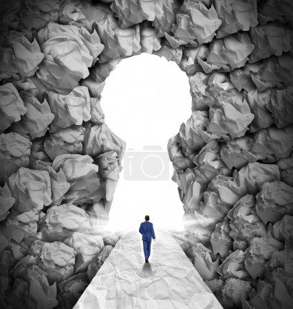 Photo pour Concept de direction de solutions de gestion comme symbole de leadership d'entreprise avec un homme d'affaires marchant vers une ouverture éclatante de forme de trou de clé comme un droit chemin vers le succès à travers un groupe confus de papier de bureau écrasé et froissé . - image libre de droit