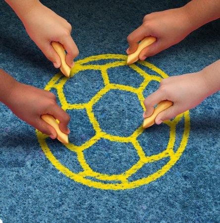 Photo pour Notion de soccer communautaire comme un groupe de mains représentant les groupes ethniques des jeunes de nombreux pays du monde détenant la craie coopérant ensemble comme amis de tirer une boule jaune comme un symbole du partenariat global sport et travail d'équipe.. - image libre de droit