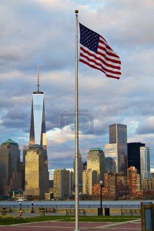 Photo pour World Trade Center Freedom Tower dans le Lower Manhattan New York City skyline avec drapeau américain - image libre de droit