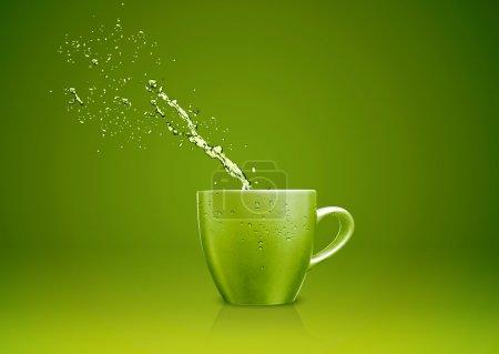 Photo pour Mug vert avec des projections d'eau. - image libre de droit
