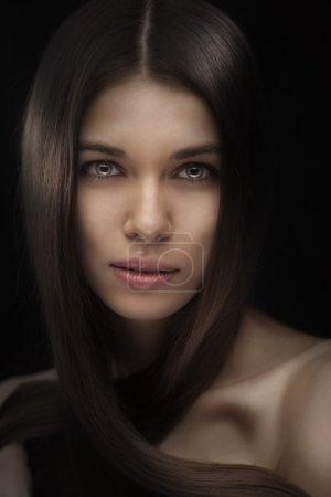 Photo pour Belle femme avec des cheveux long et droit isolé sur fond noir - image libre de droit