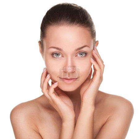 Photo pour Jeune femme avec beau visage sain isolé sur fond blanc - image libre de droit
