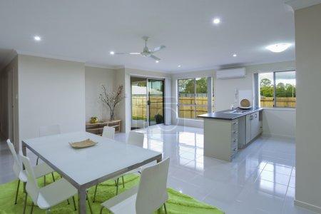 Photo pour Nouvelle cuisine et salle à manger dans la maison de banlieue australienne - image libre de droit