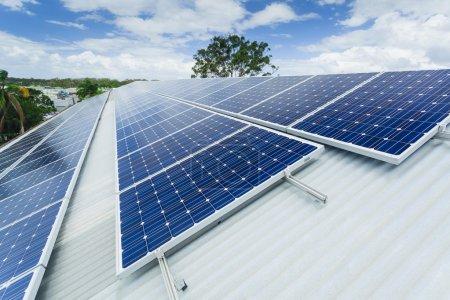 Foto de Paneles solares en el techo de fábrica . - Imagen libre de derechos