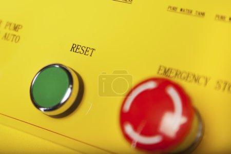 Photo pour Bouton vert réinitialisation et interrupteur d'arrêt d'urgence rouge - image libre de droit