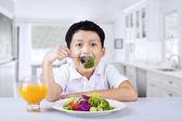 Chlapec jí brokolice doma