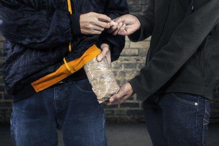 Photo pour Prendre de l'argent pour l'héroïne de trafiquant de drogue - image libre de droit
