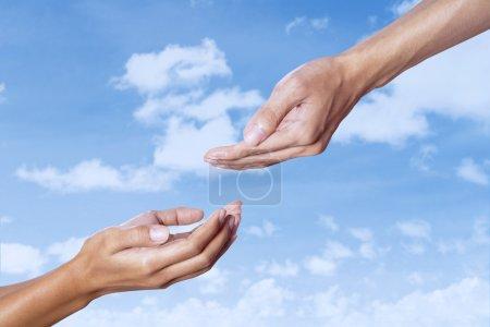 Photo pour Concept d'assistance à la main sur le ciel bleu - image libre de droit