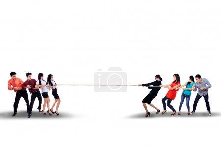 Photo pour Compétition d'affaires - Équipe d'affaires luttant pour gagner - image libre de droit