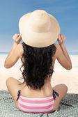 Sexy žena na sobě pruhované bikiny na pláži
