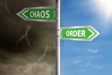 Photo pour Panneau de route vers le chaos et l'ordre avec ciel nuageux et ciel clair - image libre de droit