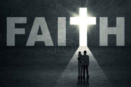 Photo pour Vue arrière du jeune famille chrétienne, marchant vers la porte de la foi - image libre de droit