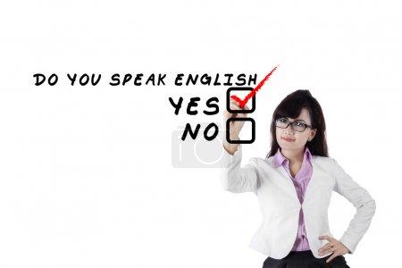 Photo pour Concept de langue d'apprentissage. étudiante écrire Parlez-vous anglais? - image libre de droit