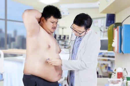 Untersuchung des übergewichtigen Mannes im Krankenhaus 1