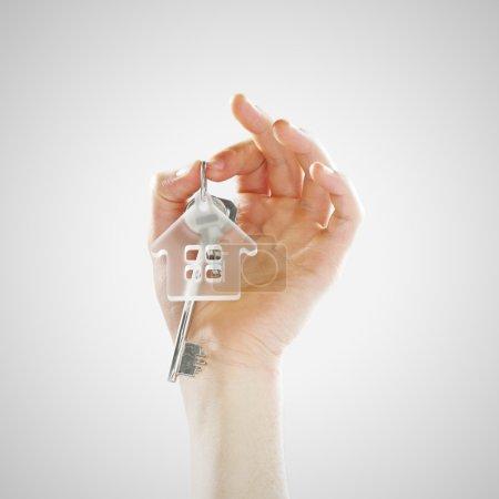 Photo pour Main d'un jeune homme tenant les clés de la maison - image libre de droit