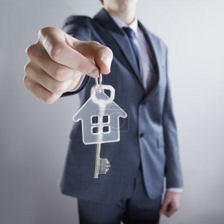 Photo pour Jeune homme d'affaires, ce qui donne les clés de la maison - image libre de droit
