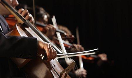 Photo pour Concert symphonique, un homme qui joue du violoncelle, main gros plan - image libre de droit