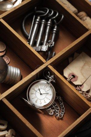 Photo pour Gros plan d'objets anciens dans un tiroir avec compartiments - image libre de droit