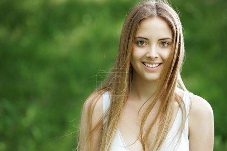 Photo pour Belle femme souriante en plein air - image libre de droit