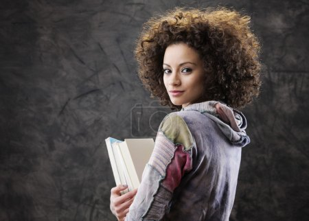 Photo pour Portrait de belle étudiante avec des livres - image libre de droit