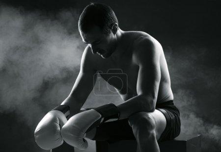 Photo pour Homme Boxer se concentrant sur le fond sombre - image libre de droit