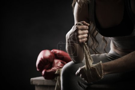Photo pour Boxer femme vêtu de blanc bracelet sur le poignet - image libre de droit