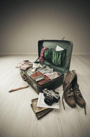 Foto de Vintage maleta abierta en un piso de madera en una habitación vacía - Imagen libre de derechos