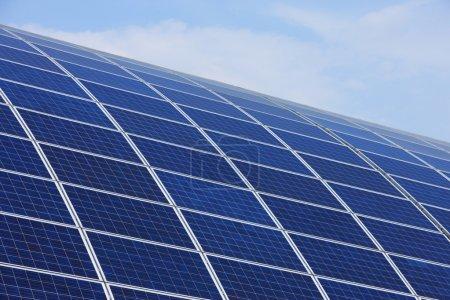 Foto de Energía verde. Paneles solares en cielo azul claro - Imagen libre de derechos