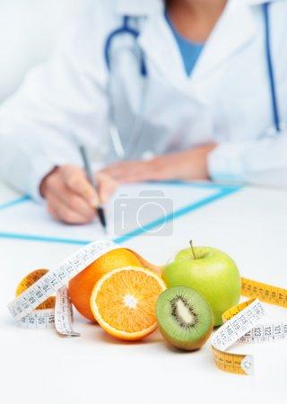 Photo pour Nutritionniste Docteur rédige une ordonnance. Focus sur les fruits - image libre de droit