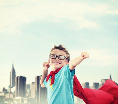 Foto de Un pequeño superhéroe listo para salvar el mundo - Imagen libre de derechos