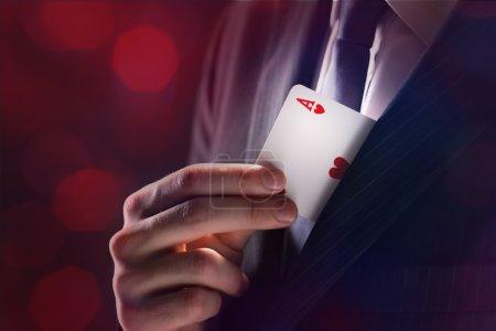 Photo pour Le magicien avec une carte as cachée sous la veste - image libre de droit