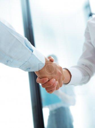 Photo pour Vue recadrée de deux dirigeants d'entreprise serrant la main - image libre de droit